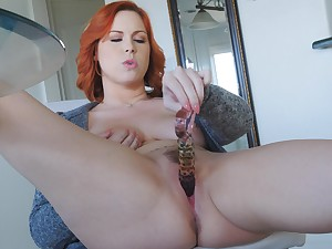 Hot redhead slides her glass kickshaw acutely the pussy